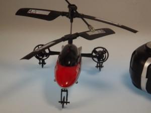 Ferngesteuerter Hubschrauber kann fahren und fliegen