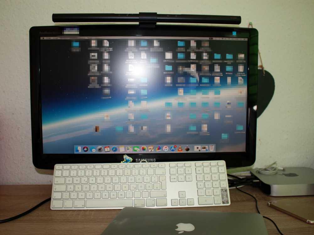 Schreibtischlampe BenQ ScreenBar erhellt blendfrei den gesamten Arbeitsplatz
